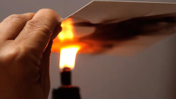 Du kommer inte tro dina ögon när du ser vad Steve gör med ett ljus och lite papper!