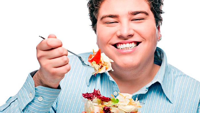 Femton bilder på män som skrattar ensamma med sin sallad