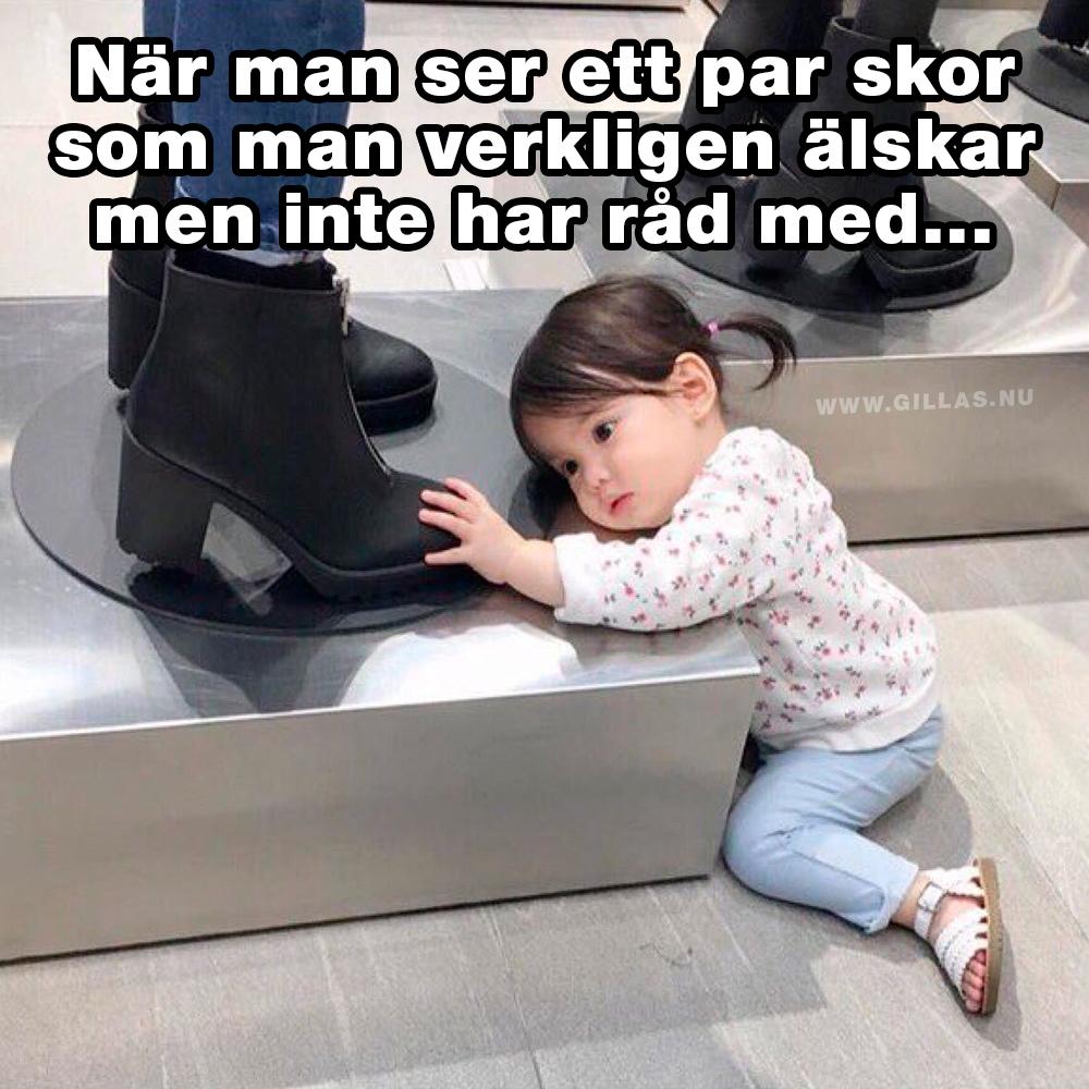 Barn som tittar på skor - När man ser ett par skor som man verkligen älska men inte har råd med