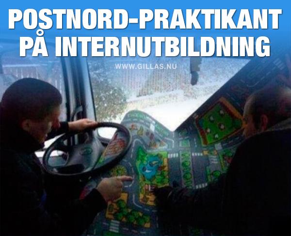 Män i bil med leksakskarta - Postnord-praktikant på internutbildning
