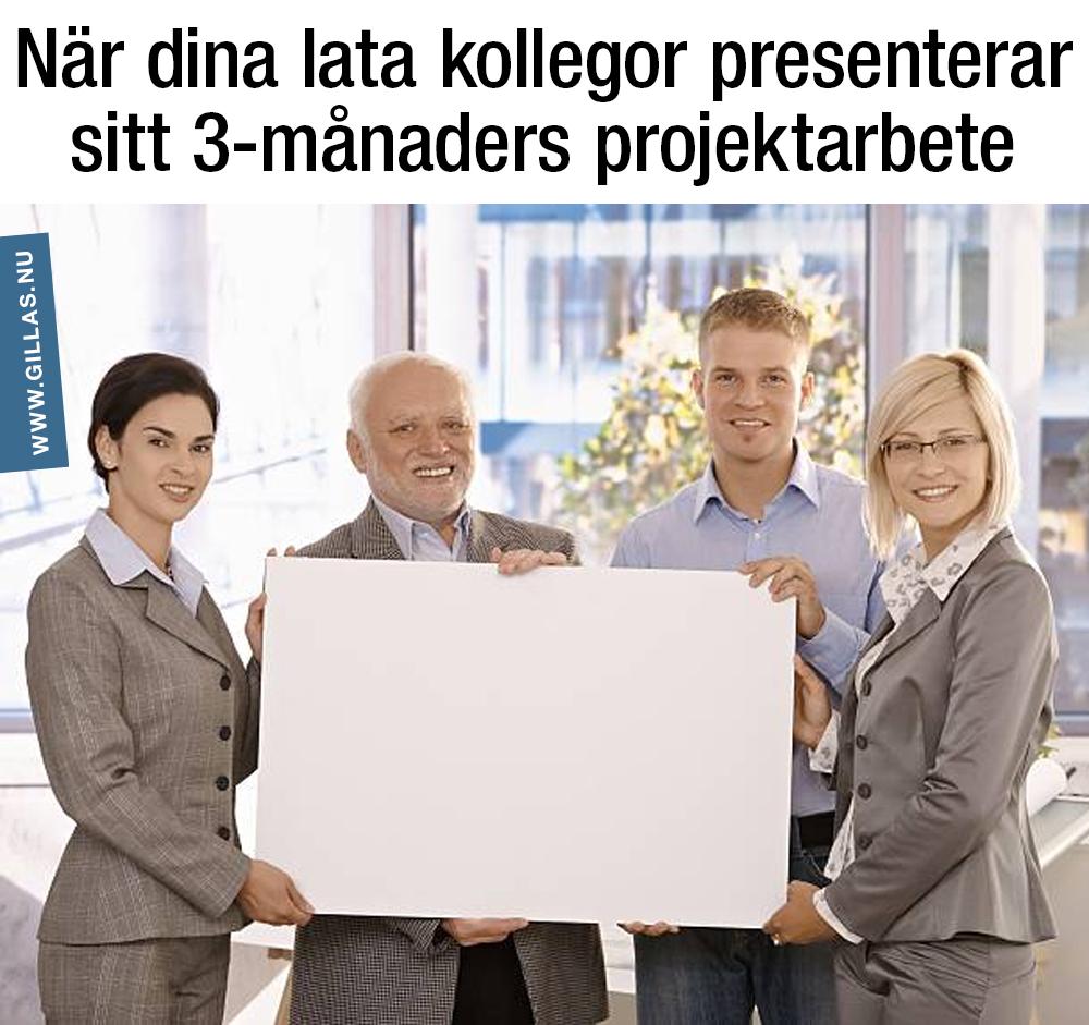 Fyra människor bakom ett blankt papper