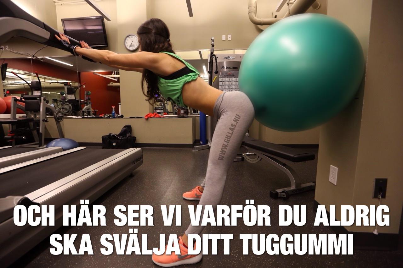 Kvinna tränar baken med yogaboll