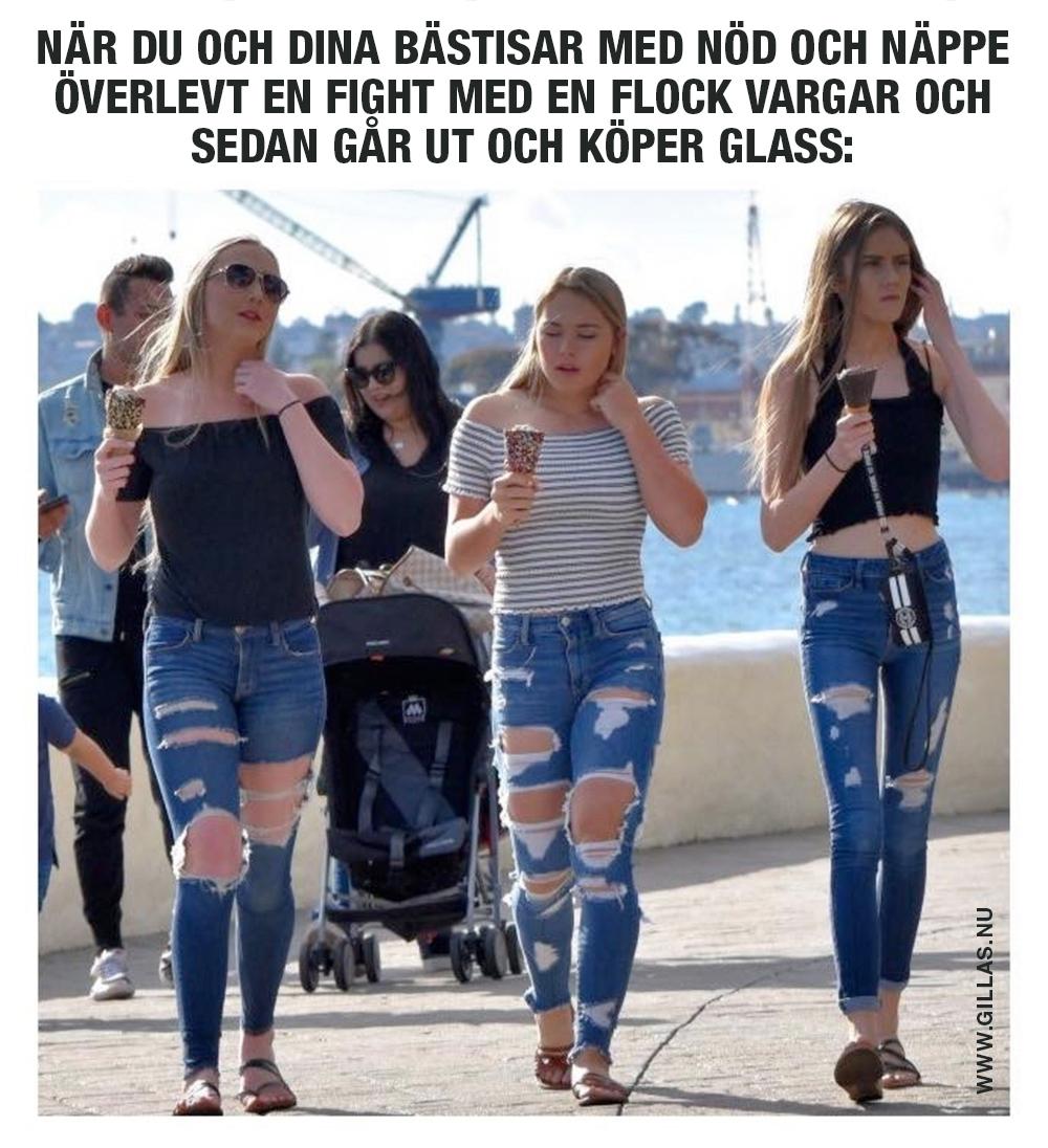 Tre tjejer med trasiga jeans äter glass