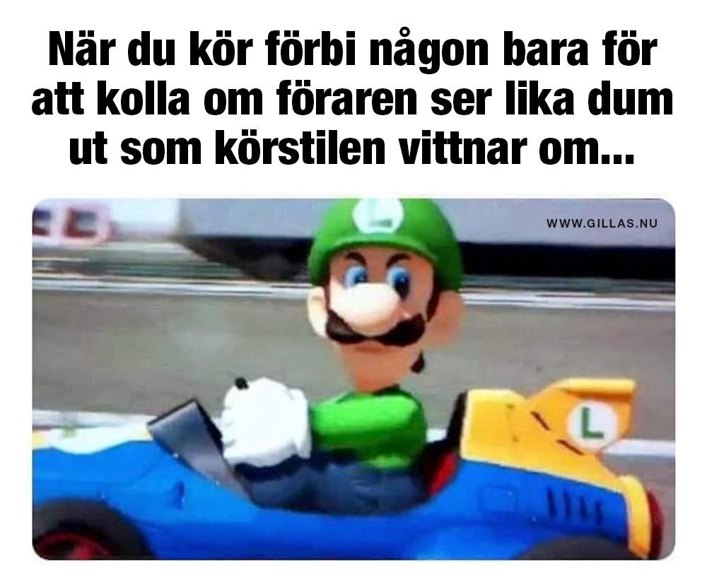 Luigi i bil tittar argt