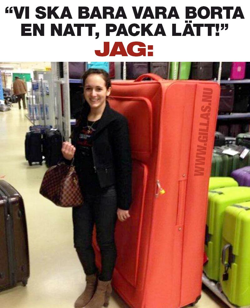 Kvinna framför jättestor resväska