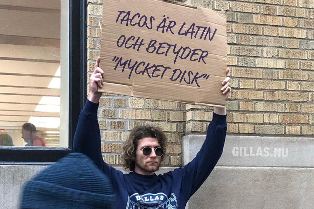Man håller plakat